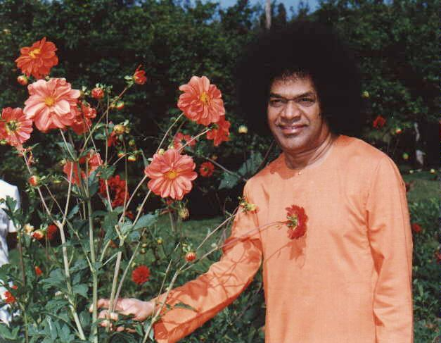 Сатья Саи Баба в саду в Кодайканале - Sathya Sai Baba in the garden in Kodaikanal