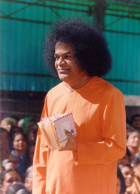 Сатья Саи Баба с письмами в руке - Sathya Sai Baba with letters in hand