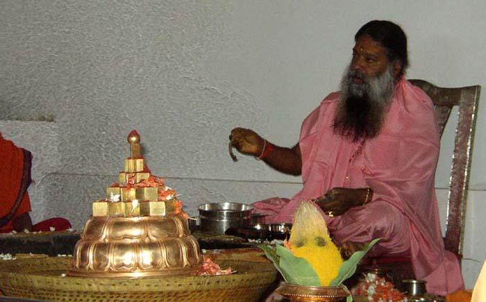 Аватар Даттатреи Шри Ганапати Сатчидананда проводит Шри-чакра-пуджу во время фестиваля Дасары / Наваратри. Хайдарабад, 16 октября 2004 г.